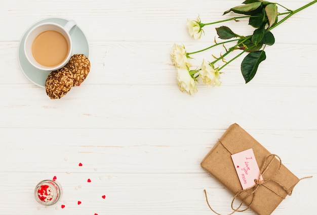 Je t'aime inscription maman avec des roses et du café Photo gratuit