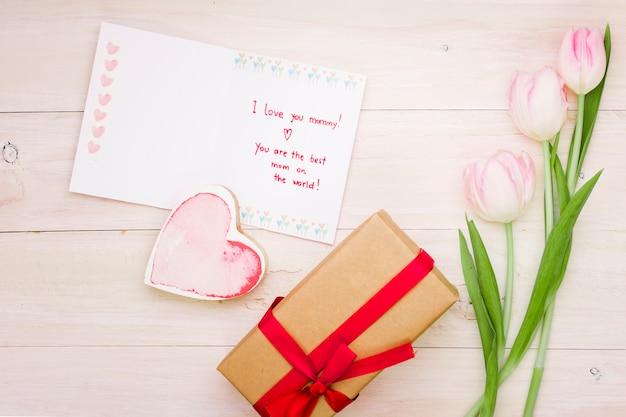 Je t'aime inscription maman avec tulipes et cadeau Photo gratuit