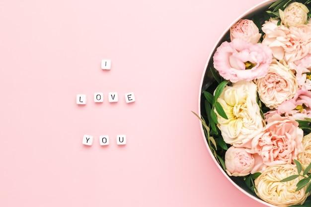 Je T'aime Lettrage Sur Les Carrés En Bois Avec Des Lettres Sur Le Fond Rose Et Une Grande Boîte Ronde Photo Premium