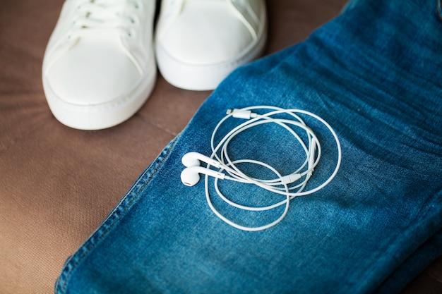 Jeans et baskets sur les étagères. Photo Premium