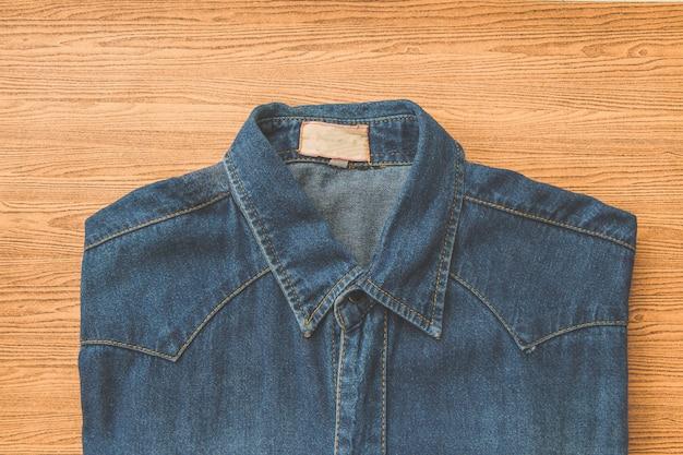 Jeans bleu en bois marron Photo Premium