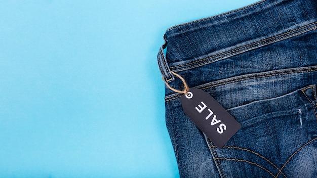Jeans avec étiquette de vendredi noire attachée Photo gratuit