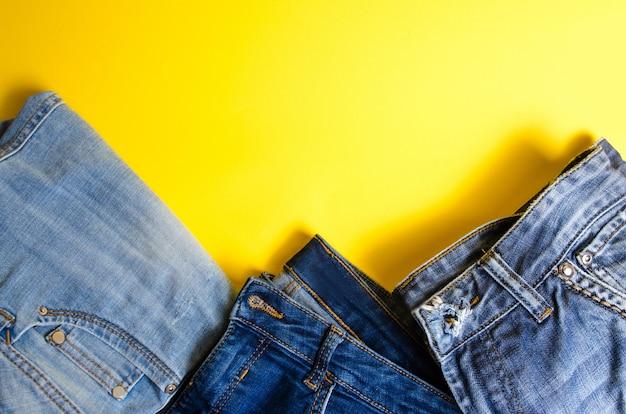 Jeans sur fond jaune Photo Premium