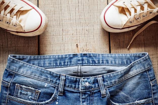 Jeans sur le vieux bois. Photo Premium