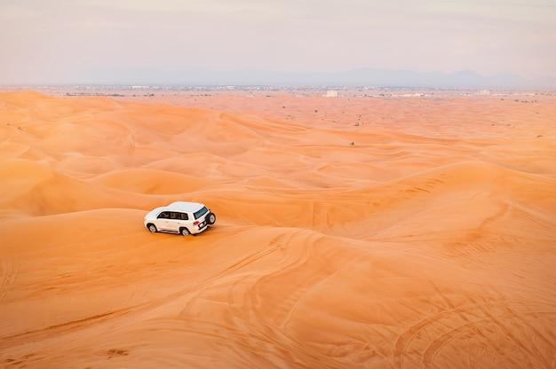 Jeep car, safaris dans le désert, émirats arabes unis Photo Premium