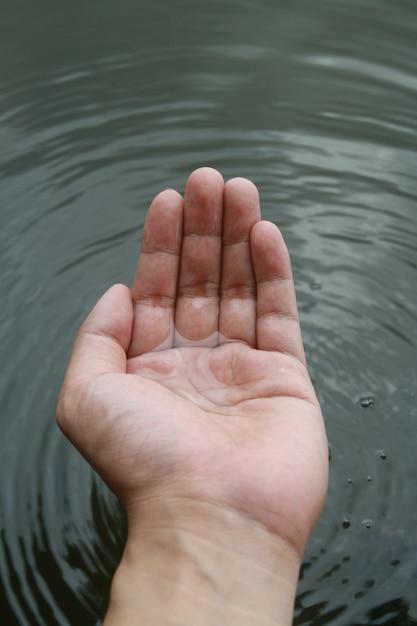 Jet d'eau à portée de main Photo Premium