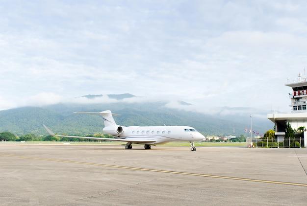 Jet privé de luxe à l'aéroport Photo Premium