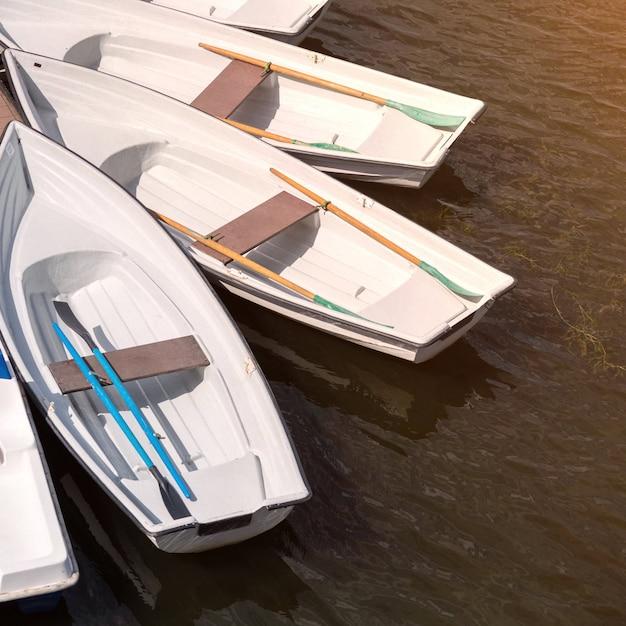 Jetée avec barques pour promenade romantique sur le fleuve ou pêche Photo Premium
