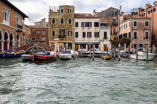 Jetée avec des bateaux amarrés sur le grand canal. Photo Premium