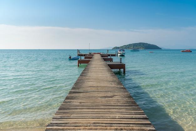 Jetée en bois avec bateau à phuket, thaïlande. concept d'été, voyage, vacances et vacances. Photo Premium