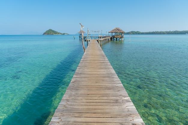 Jetée en bois avec hutte tropicale au resort à phuket, thaïlande. Photo Premium