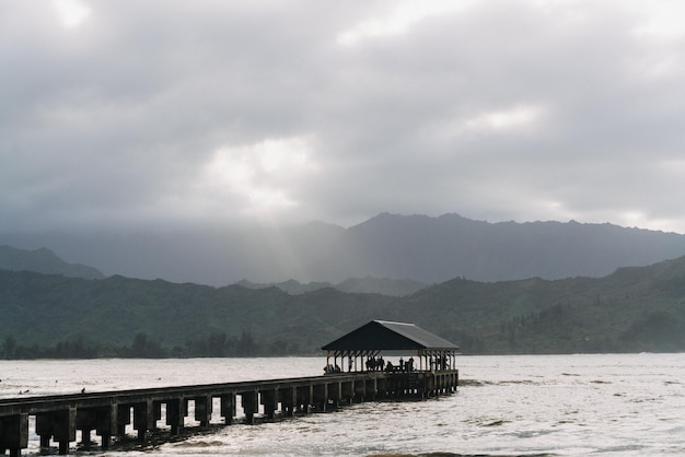Jetée De Hanalei à Hawaii Usa Avec Un Ciel Gris Nuageux Photo gratuit