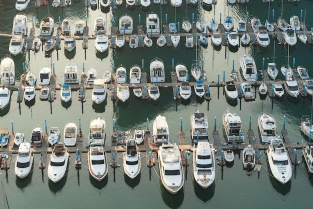 Jetée de la marina du port de yatch et amarre de bateau yatchs et navires attendant le large. Photo Premium