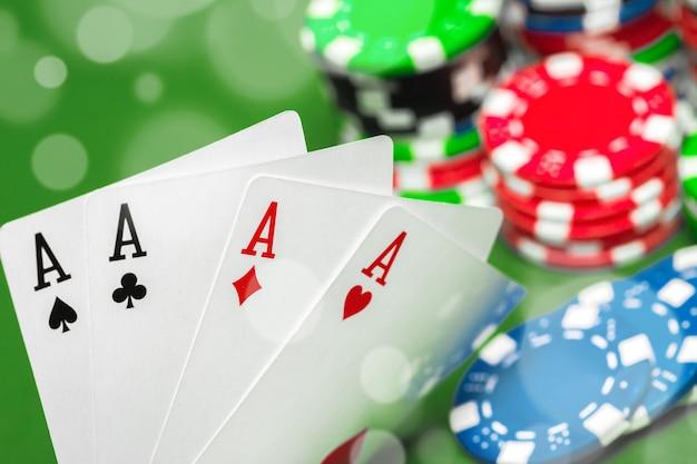 Jetons de poker sur la table Photo Premium