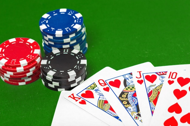 Jetons de poker sur la table Photo Premium