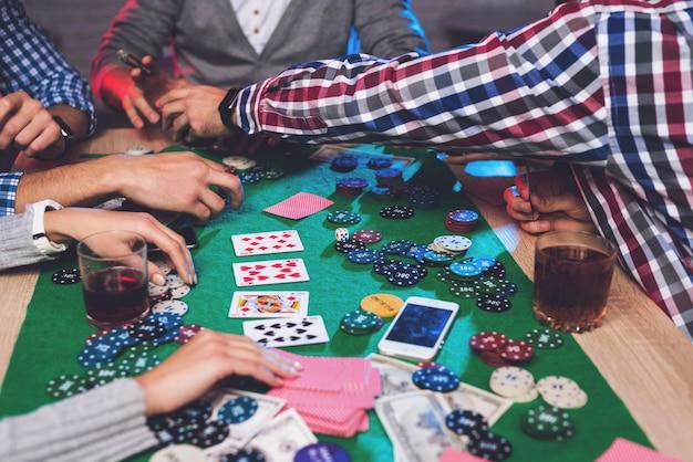 Les jetons et les téléphones portables sont sur la table de poker Photo Premium