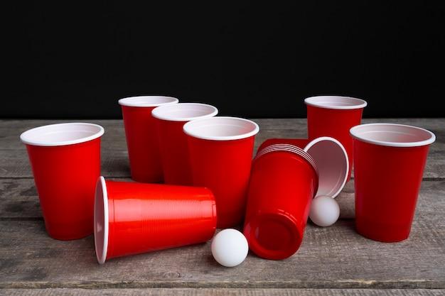 Jeu beer pong sur une table en bois Photo Premium