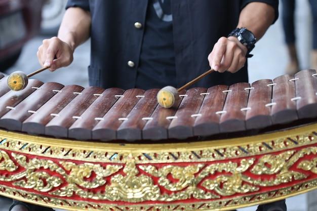 Jeu de main thaïlande xylophone alto en bois Photo Premium