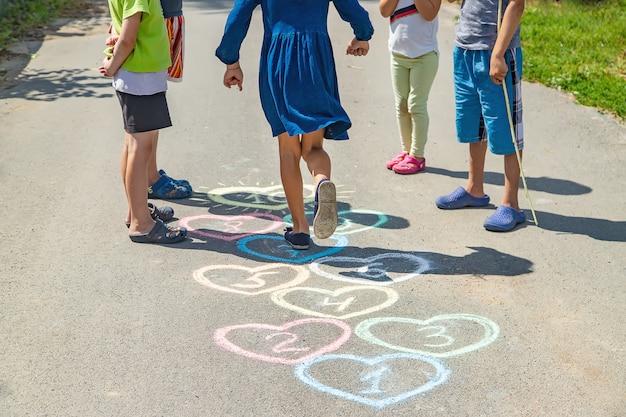 Jeu de marelle sur le trottoir pour enfants Photo Premium