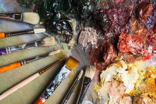Jeu de pinceaux près de peinture mixte Photo gratuit