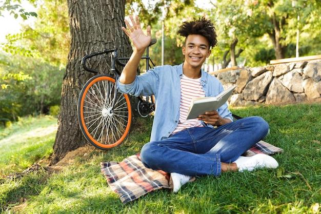 Jeune Adolescent Positif Avec Sac à Dos à L'extérieur Photo Premium