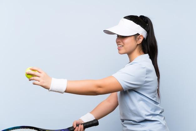 Jeune adolescente asiatique jouant au tennis Photo Premium