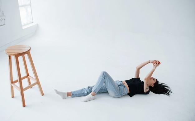 Une Jeune Adolescente Brune A Une Séance Photo En Studio Pendant La Journée Photo gratuit