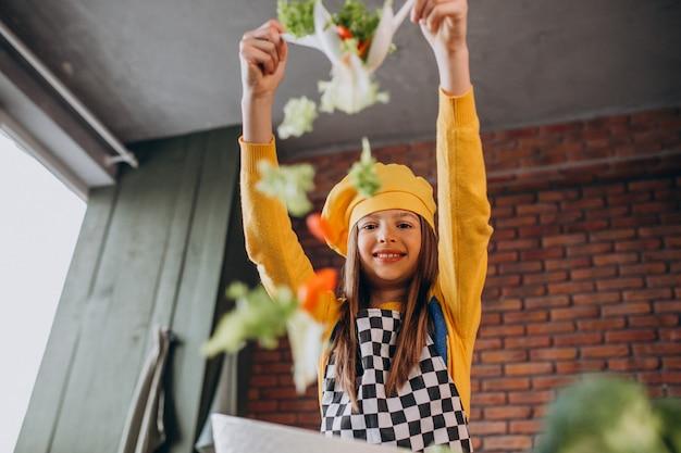 Jeune, Adolescente, Préparer, Salade, Petit Déjeuner, Cuisine Photo gratuit