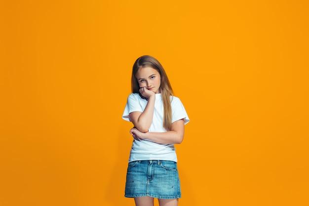 Jeune Adolescente Réfléchie Sérieuse Photo gratuit