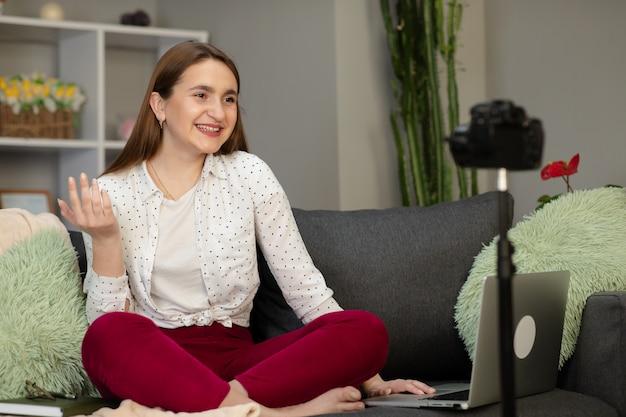 Une Jeune Adolescente Vlogger Fait Un Flux Vidéo Sur Le Canapé à La Maison. Photo Premium