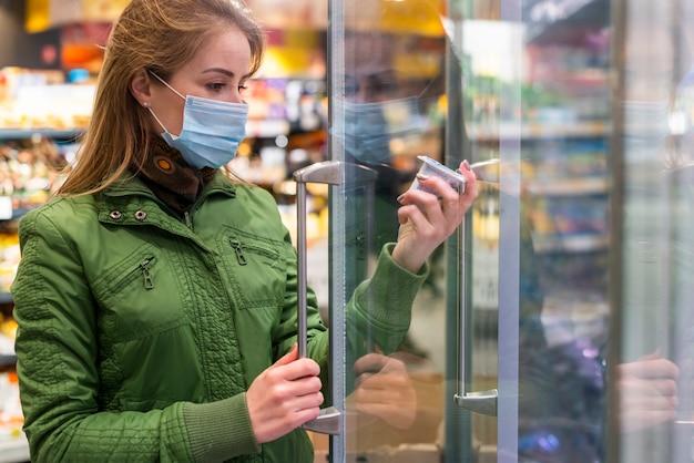 Jeune Adulte, Porter, A, Masque Protection, Et, Cueillette, Produits Photo Premium