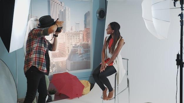 Jeune, Africaine, Modèle, Poser, Barre, Chaise Haute, Pendant, Séance Photo Photo Premium