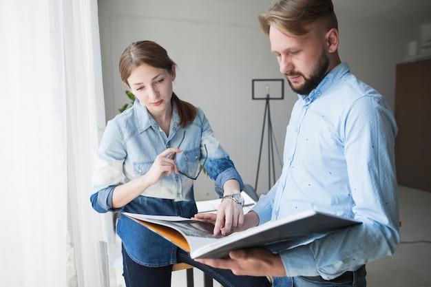 Jeune architecte masculin et féminin travaillant au bureau Photo gratuit