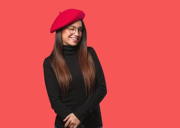 Jeune artiste femme un clin de œil, geste drôle, amical et sans soucis Photo Premium