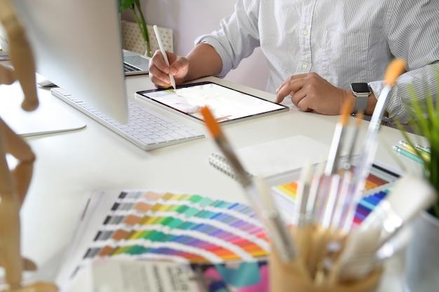 Jeune artiste et graphiste au studio Photo Premium