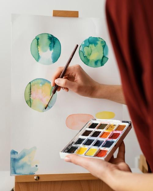 Jeune Artiste Peignant à L'aquarelle Photo gratuit