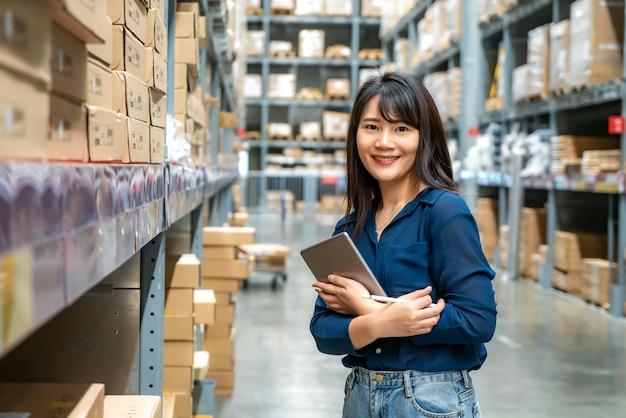 Jeune asiatique femme auditeur ou stagiaire travaille en levant Photo Premium