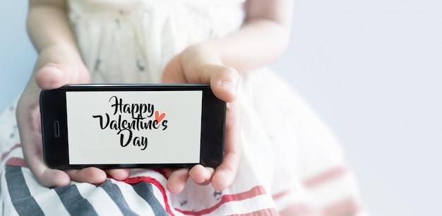 Jeune Asiatique Avec Téléphone Portable à La Main. Concept De La Saint-valentin Photo Premium