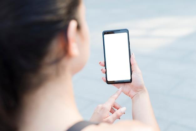 Jeune athlète femme avec un smartphone Photo gratuit