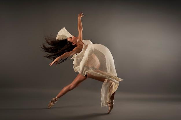 Jeune Ballerine Enceinte Effectuant Une Pose De Ballet Classique Avec Un Chiffon De Soie Photo Premium