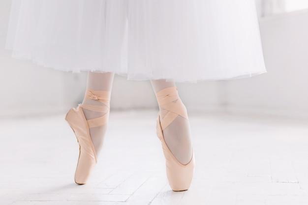 Jeune Ballerine, Gros Plan Sur Les Jambes Et Les Chaussures Photo gratuit