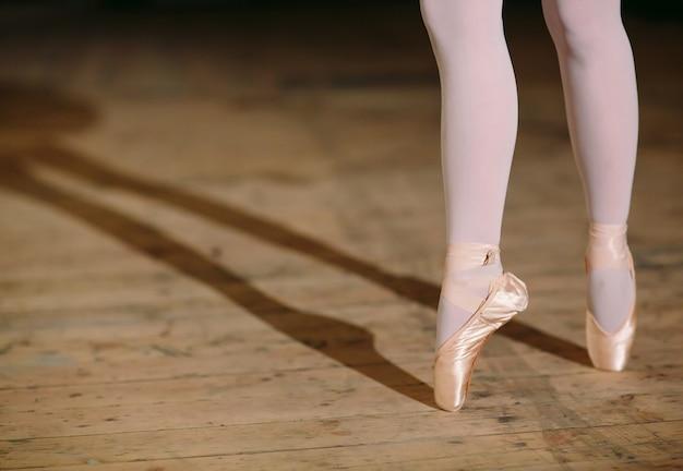 La jeune ballerine en robe noire entraîne dans les coulisses. Photo Premium