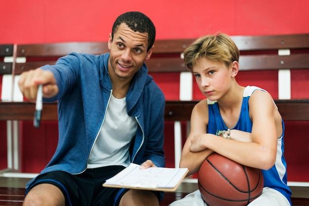Jeune basketteur shoot Photo Premium