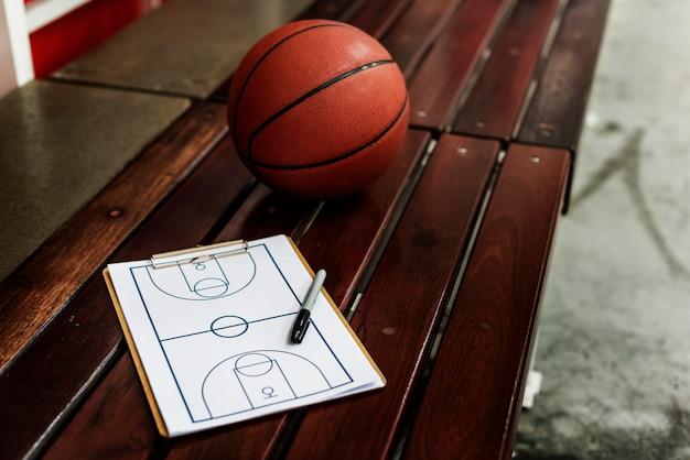 Jeune basketteur tire Photo gratuit