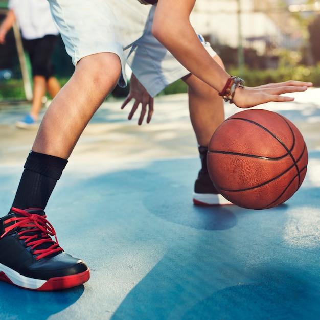 Jeune basketteur tire Photo Premium