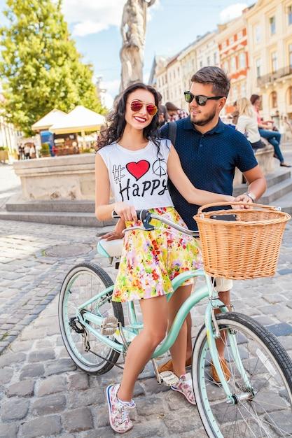 Jeune Beau Couple Hipster Amoureux Marche à Vélo Sur La Rue De La Vieille Ville Photo gratuit