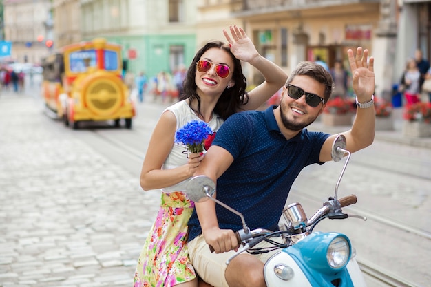 Jeune Beau Couple Hipster à Cheval Sur La Rue De La Ville De Moto Photo gratuit