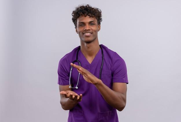 Un Jeune Beau Médecin à La Peau Sombre Avec Des Cheveux Bouclés Portant L'uniforme Violet Avec Stéthoscope Se Prépare à Applaudir Photo gratuit
