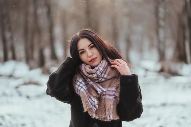 Jeune Beau Modèle Posant Dans La Forêt D'hiver Photo gratuit