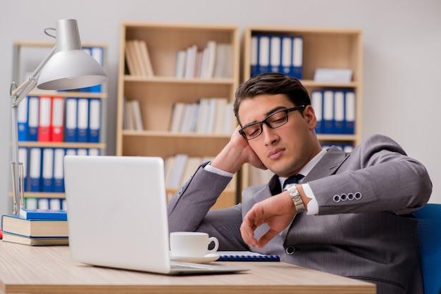 Jeune bel homme d'affaires travaillant au bureau Photo Premium